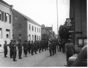 """Die Alliierten vor dem alten Rathaus an der Bahnhofstraße, fotografiert auf Anweisung der Amerikaner von """"Fotoatelier Wengenroth"""", (Foto: Wengenroth)"""