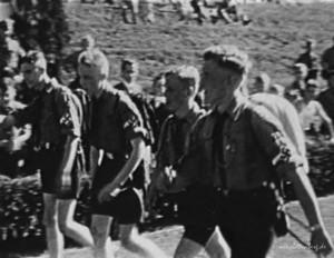 """Hitlerjungen bei  einem der jährlichen Sportfeste auf dem Sportplatz """"Elsewiese"""""""